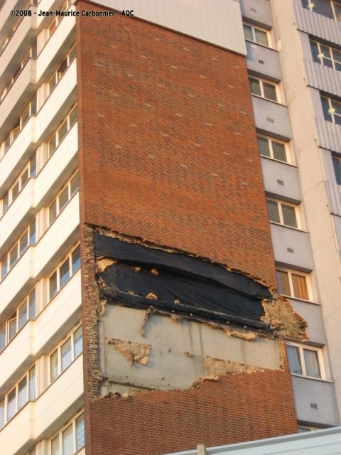 Chute du doublage brique d'une façade