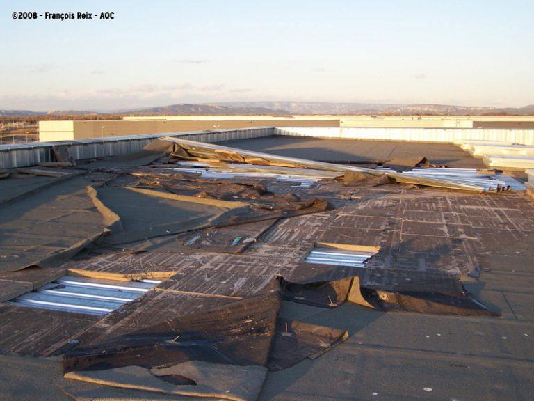 Soulèvement de la membrane d'étanchéité en toiture-terrasse