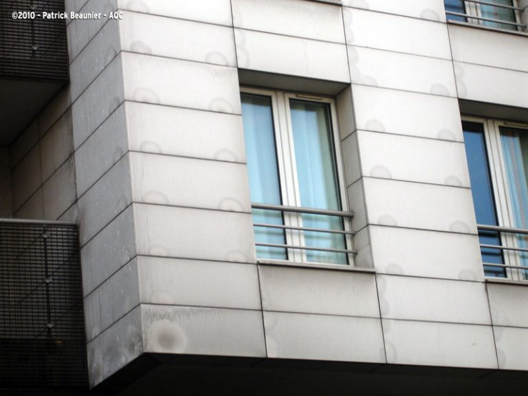 Taches sur façade en pierres agrafées