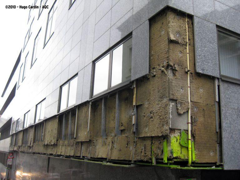 Chute de pierres agrafées en façade