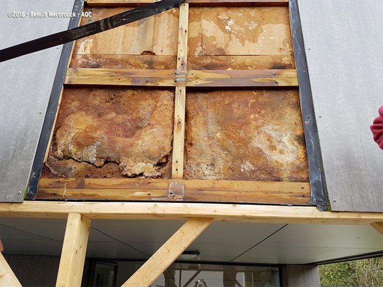 Contreventement détérioré d'une structure bois