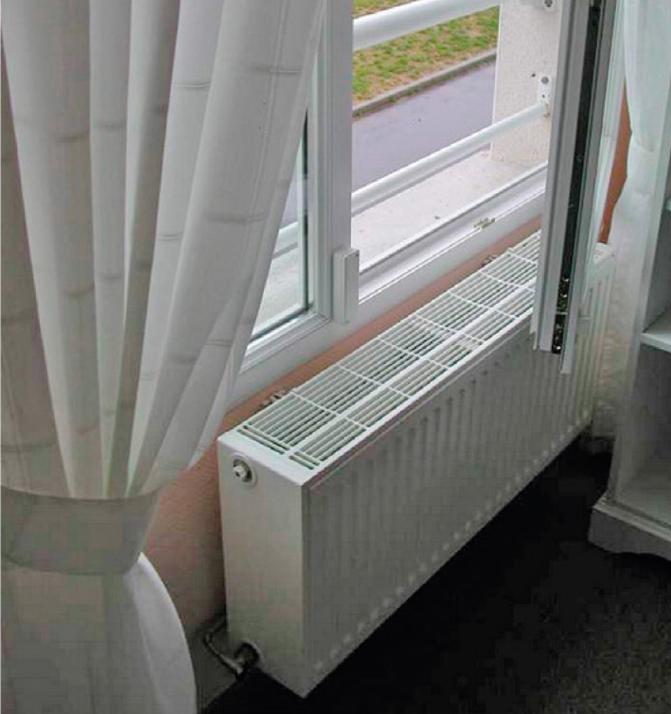 Convecteur sous une fenêtre basse, présentant un risque d'agenouillement de par sa hauteur