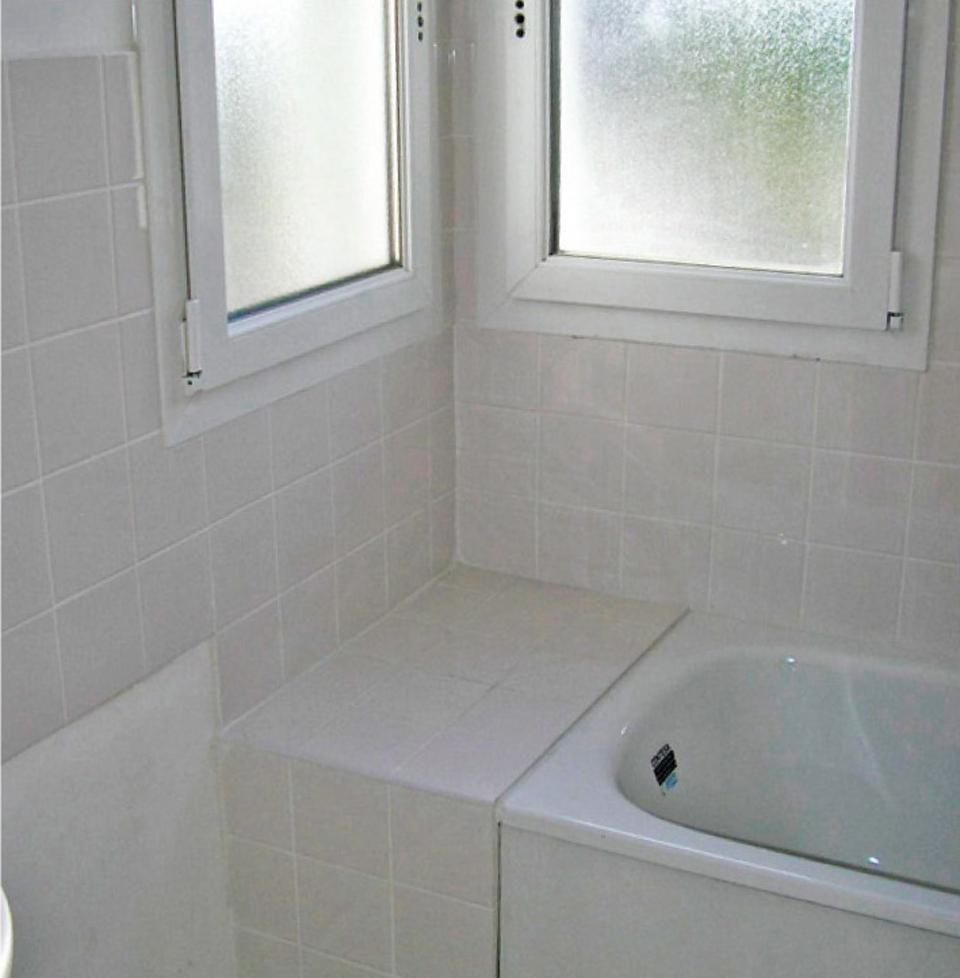 Rebord de baignoire permettant d'accéder à une fenêtre sans garde-corps, risque de chute si l'on monte dessus