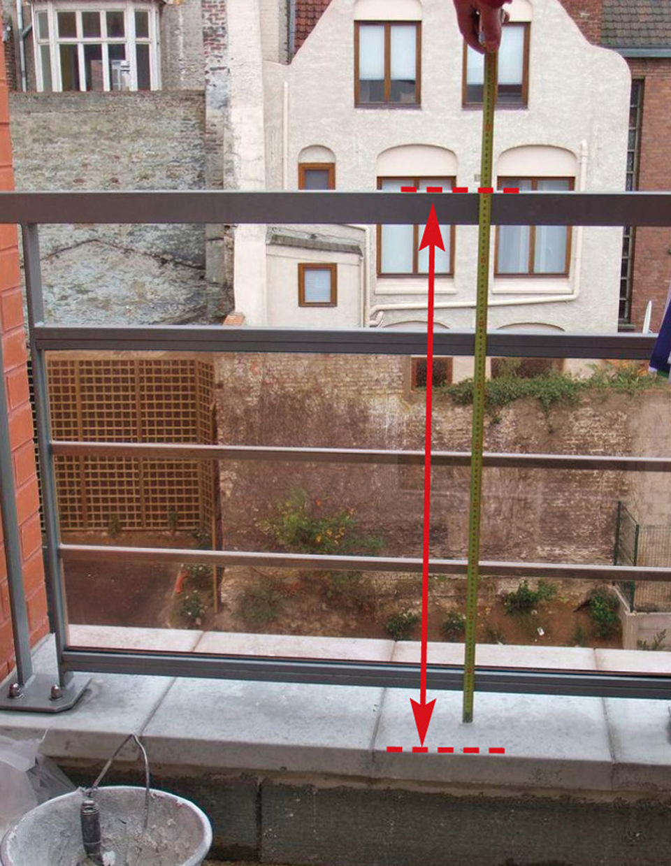 Garde-corps où la hauteur est insuffisante depuis la zone d'appui précaire