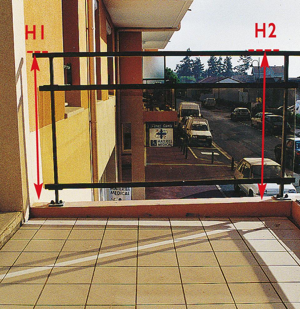 Garde-corps ceinturant un balcon avec une hauteur insuffisante sur le retour