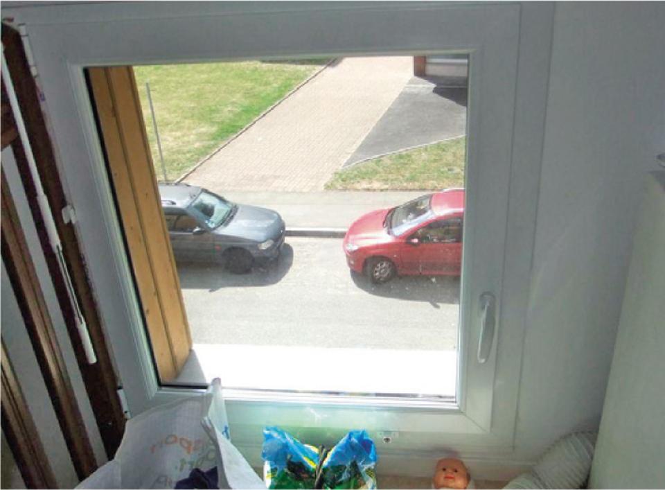 Fenêtre basse sans garde-corps ou dispositif de protection contre les risques de chute