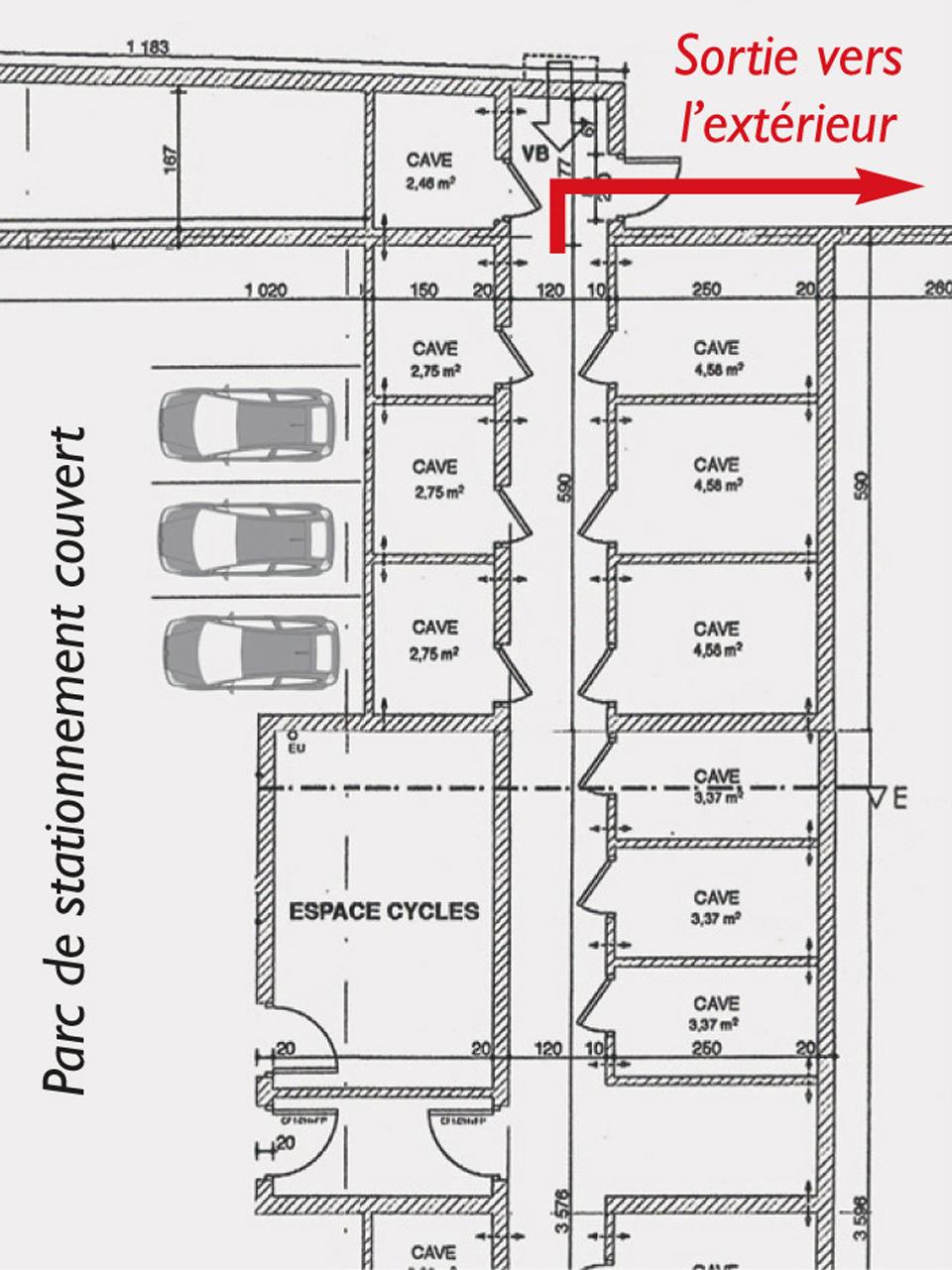 Plan d'évacuation d'un parc de stationnement couvert et des caves avec une sortie vers l'extérieur