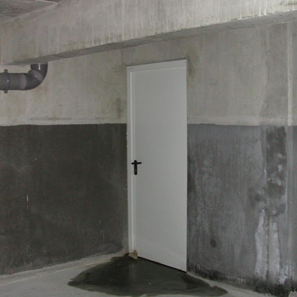 Porte de sortie de secours d'un parking couvert non conforme à la bonne évacuation en cas d'incendie