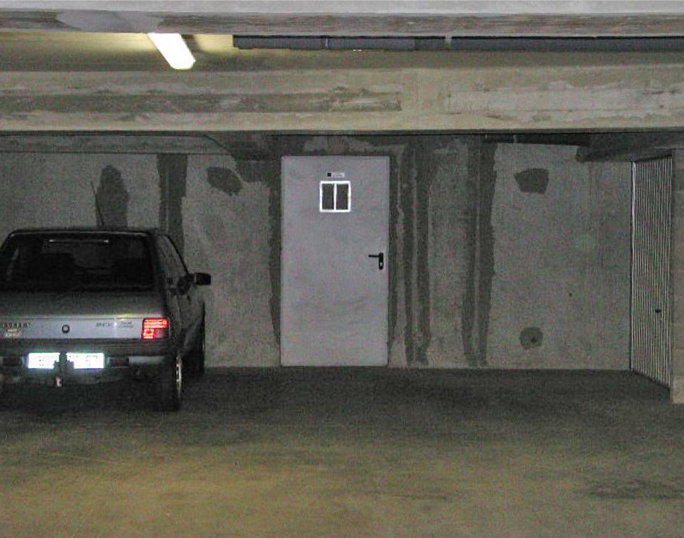 Porte d'issue de secours d'un parking couvert non réglementaire : absence de foyers lumineux, ouverture trop petite en partie haute