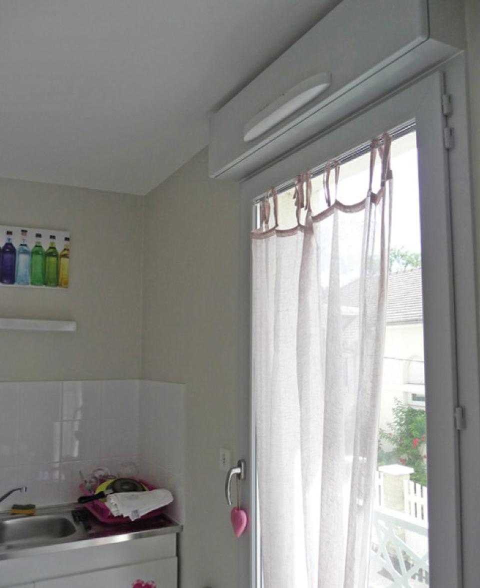 Dispositif d'entrées d'air positionnée au-dessus d'une porte-fenêtre dans une cuisine