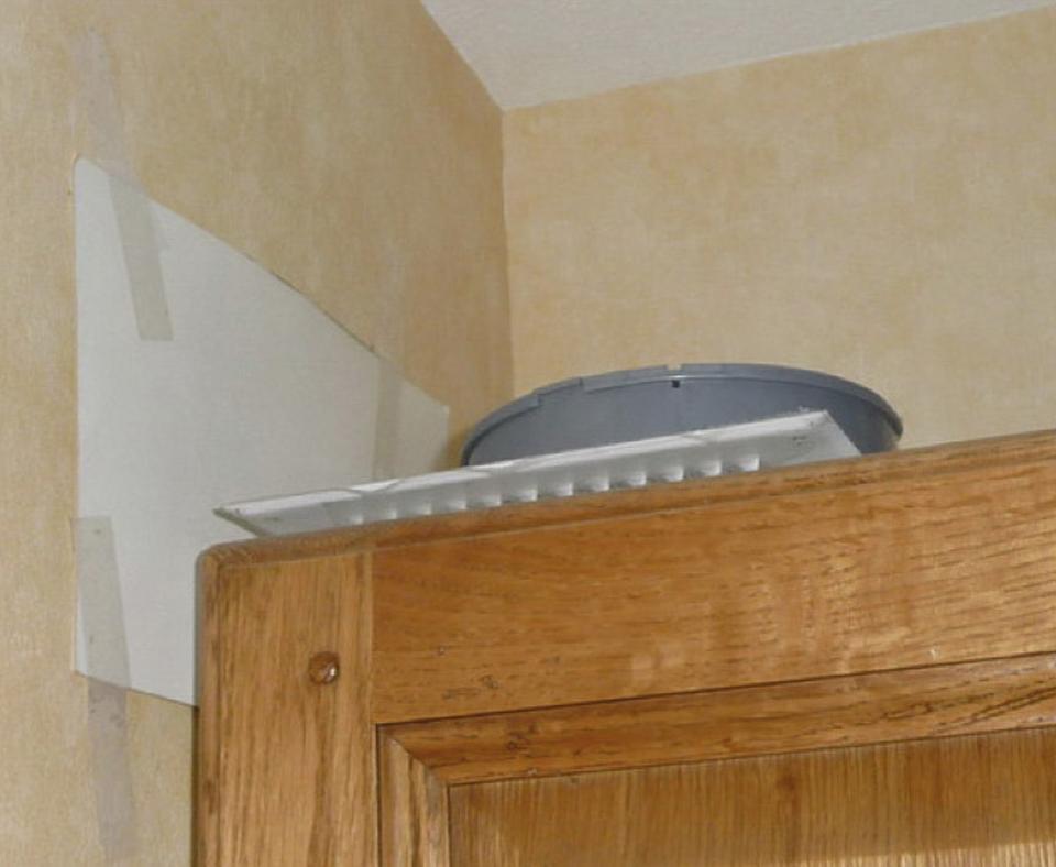 Sortie d'air volontairement supprimée pour permettre l'installation de mobilier, empêchant une bonne aération