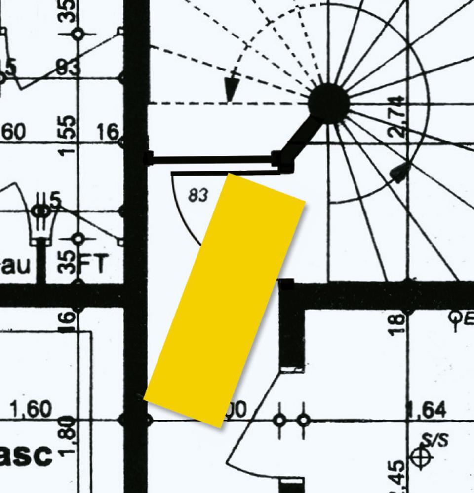 Gabarit d'un brancard reporté sur un plan d'architecte démontrant le bloquage d'un brancard au niveau d'un passage difficile