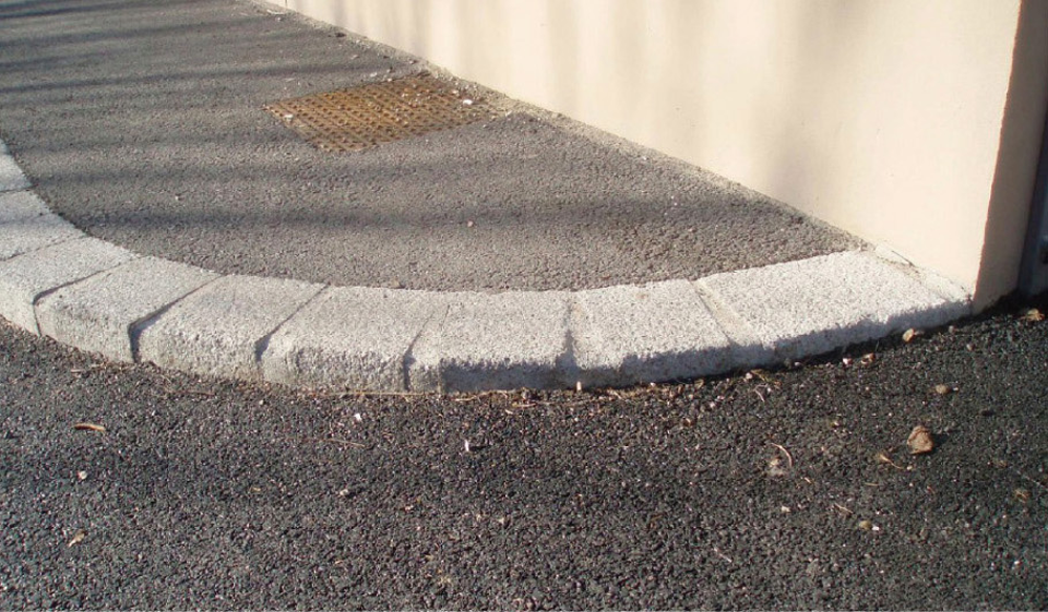Ressaut de plus de 2cm entre le trottoir et la voirie, complexifiant le déplacement de personnes à mobilité réduite