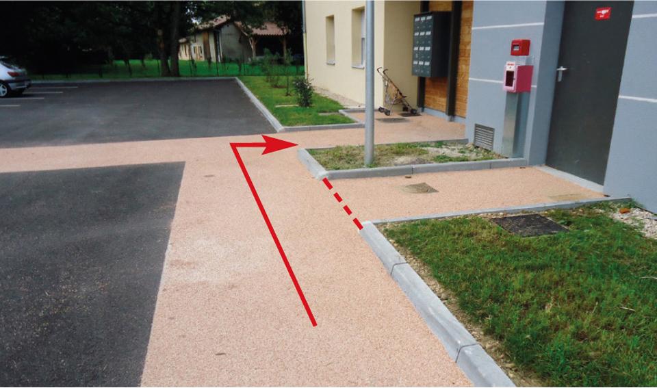 Accès à un bâtiment : bordure de trottoir en discontinu, créant une rupture du guidage pour déficients visuels