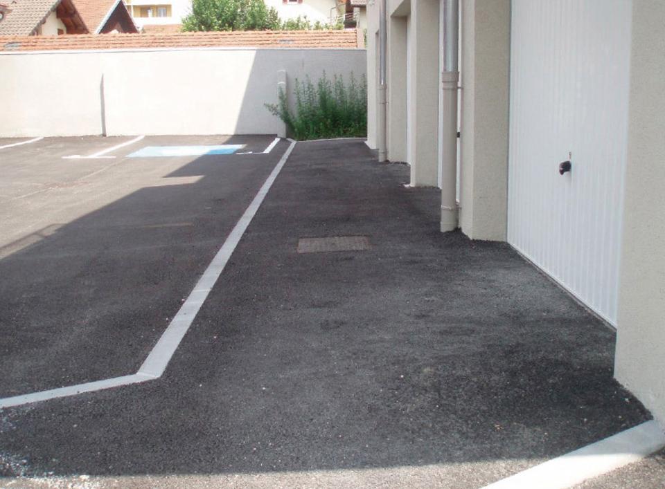 Sortie de garage sur parking extérieur présentant un dévers de plus de 2%, complexifiant le déplacement de personnes à mobilité réduite