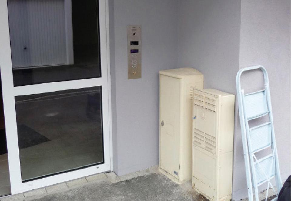 Coffrets techniques bloquant l'accessibilité du portier d'un immeuble d'habitation collective