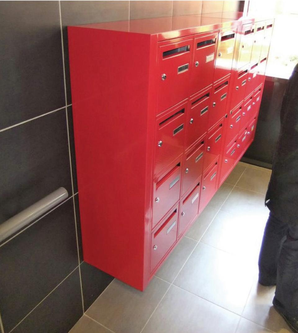 Boîtes aux lettres sur cheminement horizontal : contraste visuel de couleur vis-à-vis du mur mais pas de rappel au sol pour détection à la canne