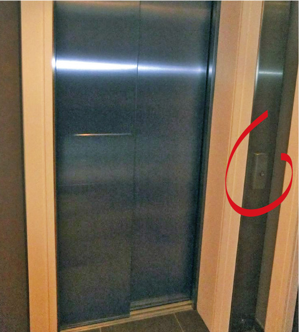 Porte d'ascenseur : commande d'appel inaccessible et contraste insuffisant avec le support afin de bien l'identifier visuellement