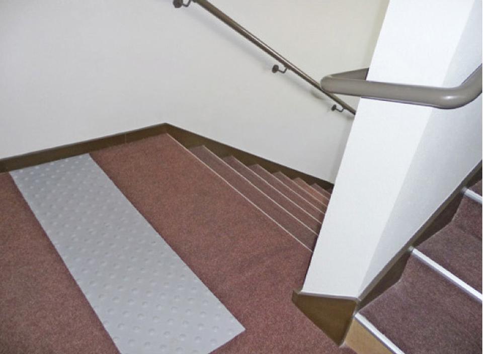 Escalier de partie commune : la Bande d'Éveil de la Vigilance (BEV) sur le palier présente un risque de chute dû à son relief prononcé