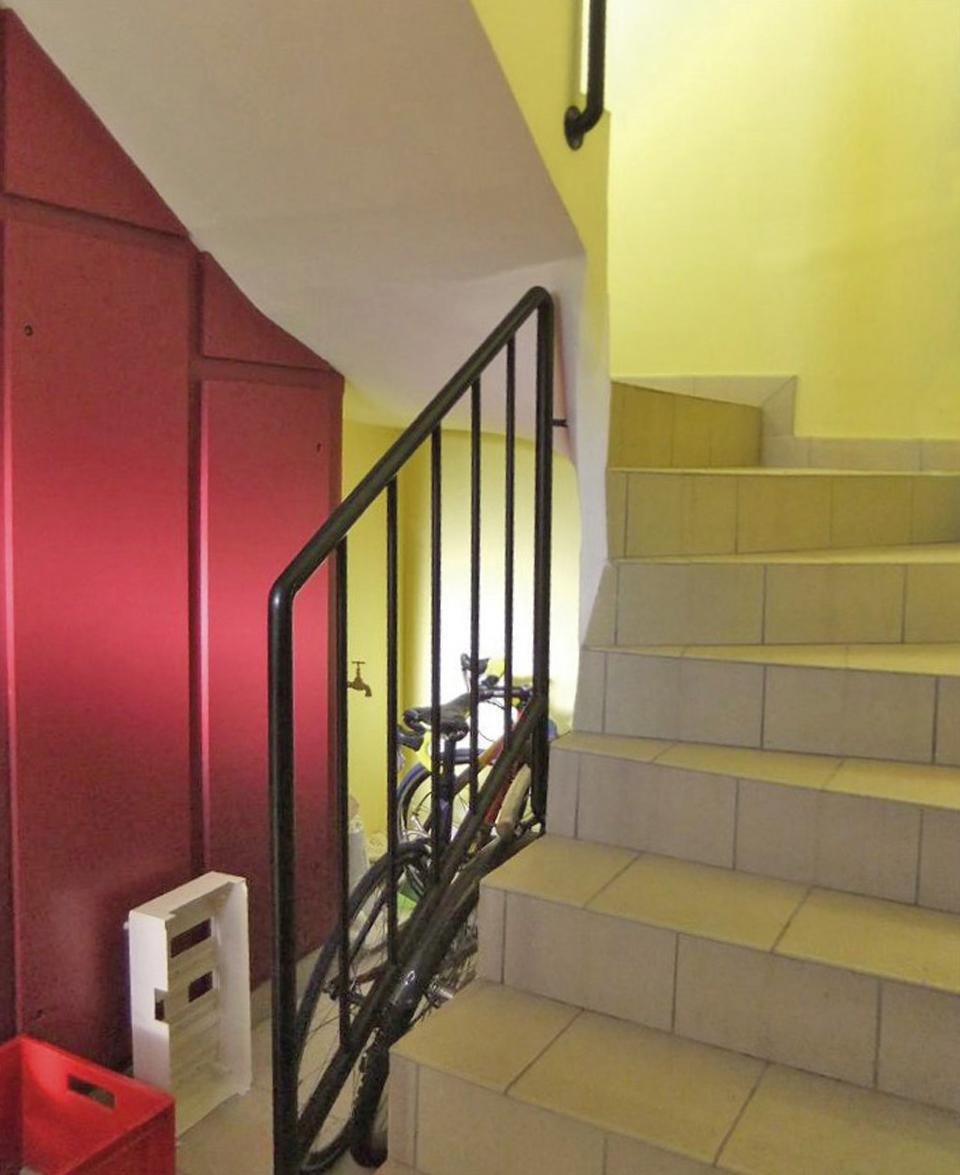 Escalier intérieur non conforme aux règles d'accessibilité PMR : marches trop hautes, discontinuité de la main courante...