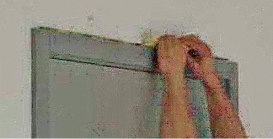 Mauvais exemple de rebouchage à la main d'un jour entre un cadre de porte et un mur support pour essayer d'améliorer l'étanchéité