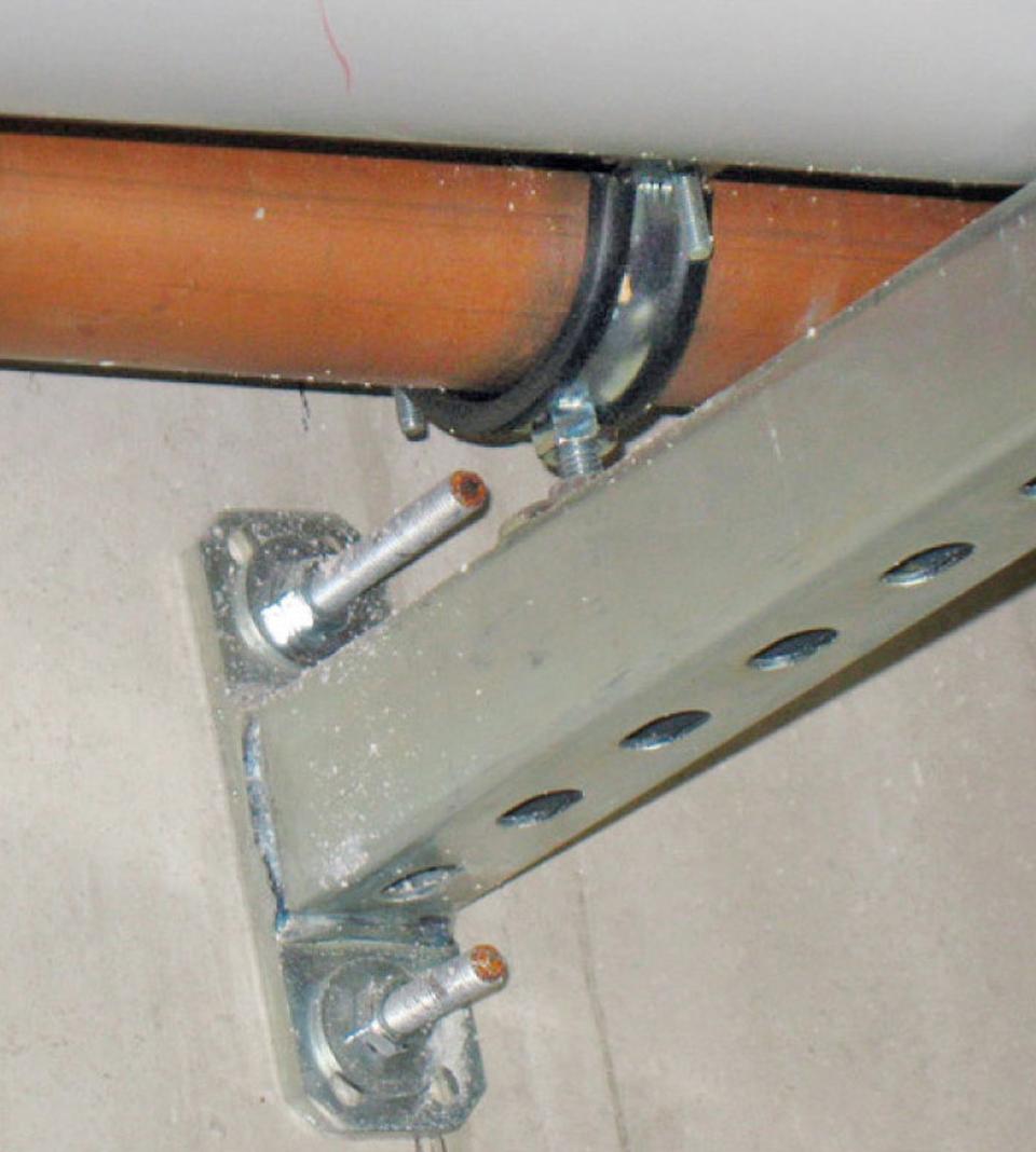 Collier antivibratile autour d'une canalisation de chauffage pour renforcer l'isolation acoustique