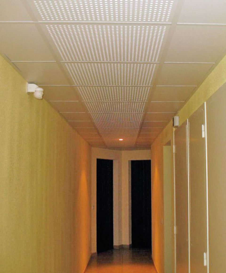 Faux-plafond d'une circulation commune avec répartition homogène des éléments absorbants le traitement acoustique (dalles perforées)