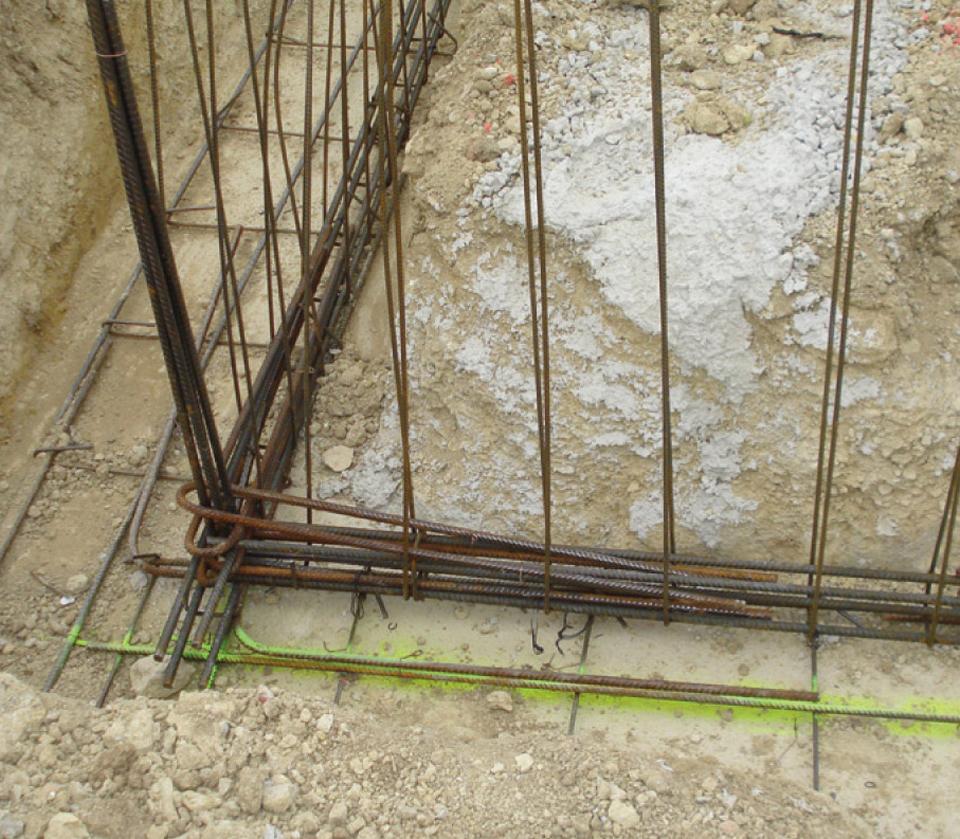 Angle de fondation d'une maison individuelle dont la continuité mécanique est assurée grâce à des équerres ou épingles