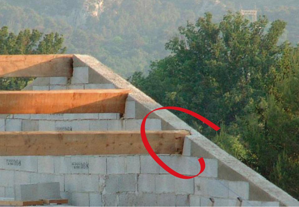Chaînage coupé au niveau du pignon par les pannes des charpentes traditionnelles