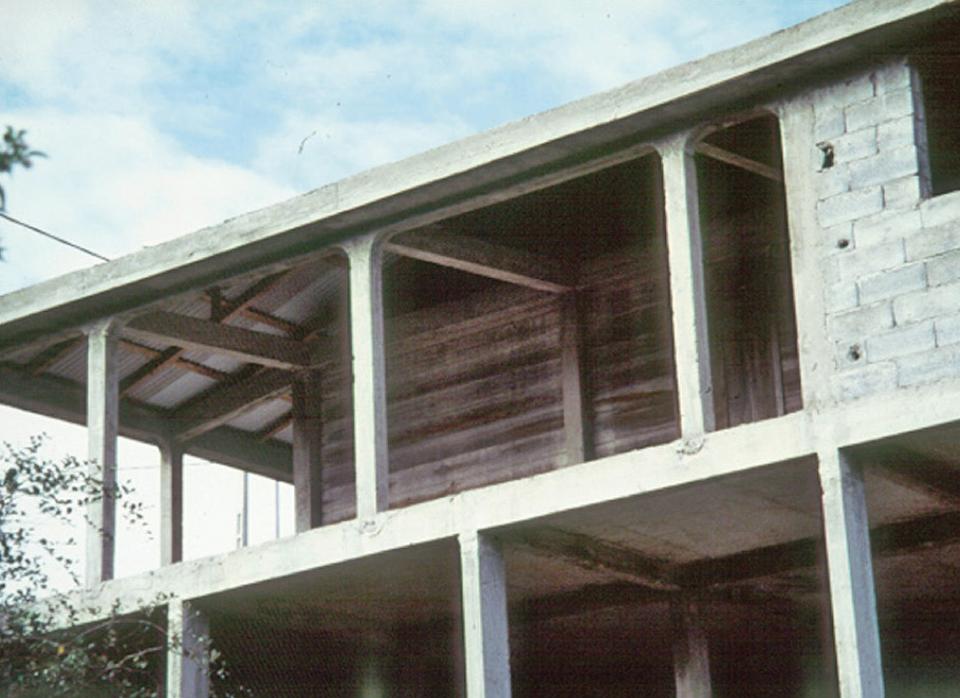 Immeuble en construction : la structure et les poteaux (qui assurent la descente de charge) ne sont pas superposés d'un étage à l'autre