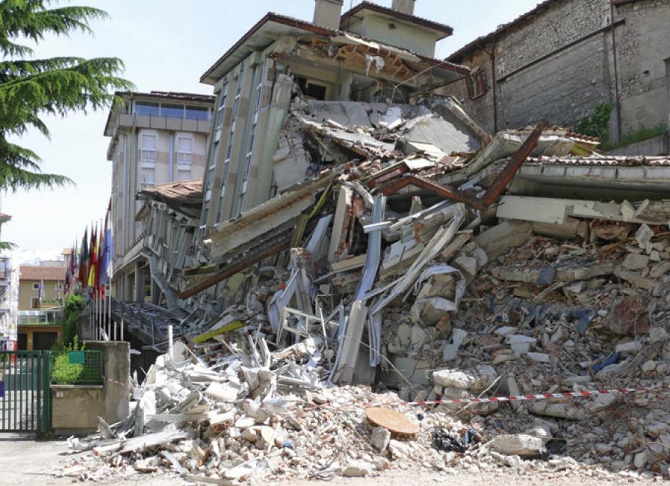 Effondrement d'un bâtiment d'habitation collective à cause d'une mauvaise architecture parasismique