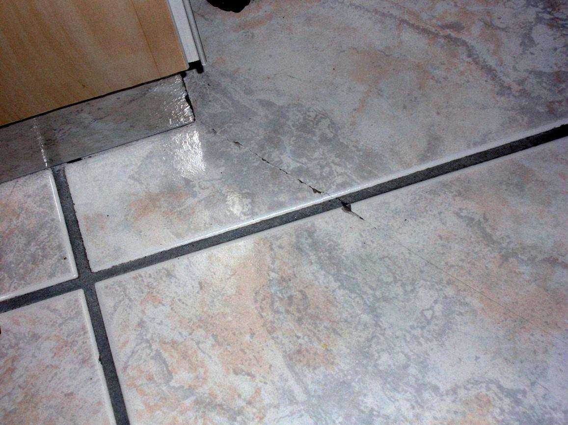 Réparer Un Carreau De Carrelage Fissuré fissuration et décollement des carrelages de sol dans l
